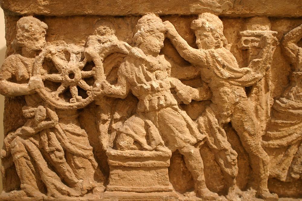 Bassorielievo etrusco trovato in scavi archeologici in Toscana