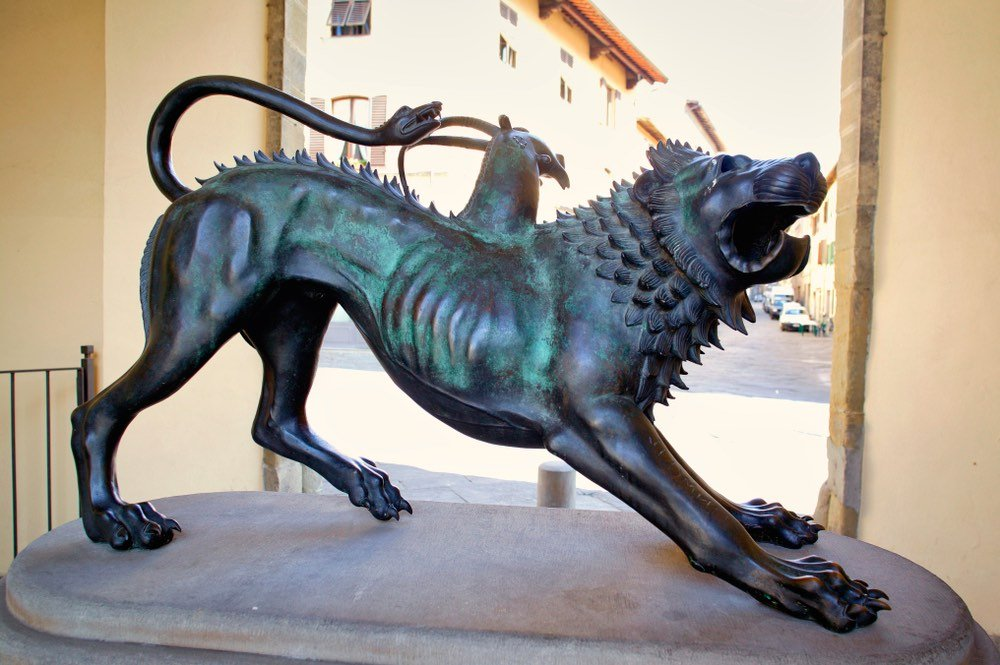 Statua di bronzo della Chimera etrusca di Arezzo a porta San Lorentino