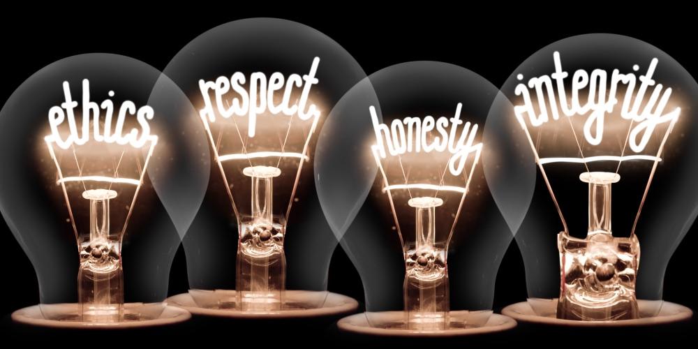 Foto di lampadine con dentro scritto: etica, onestà, rispetto, integrità