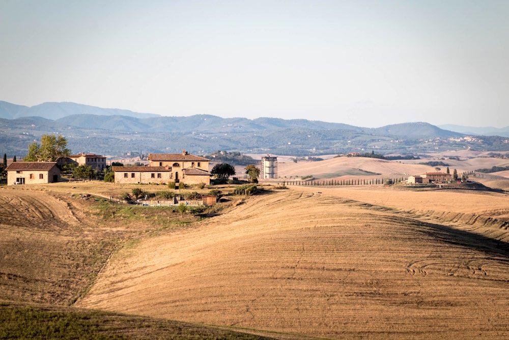 Campagna nel comune di Monteroni d'Arbia con tipica cascina toscana