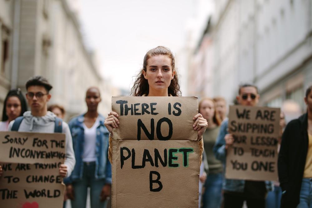 Gruppo di studenti manifesta contro il cambiamento climatico: There is no planet B