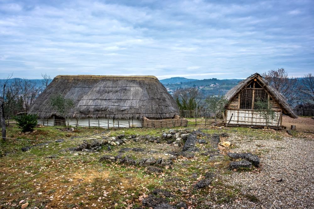 Ricostruzioni di case medievali nel Parco Archeologico di Poggio Imperiale a Poggibonsi