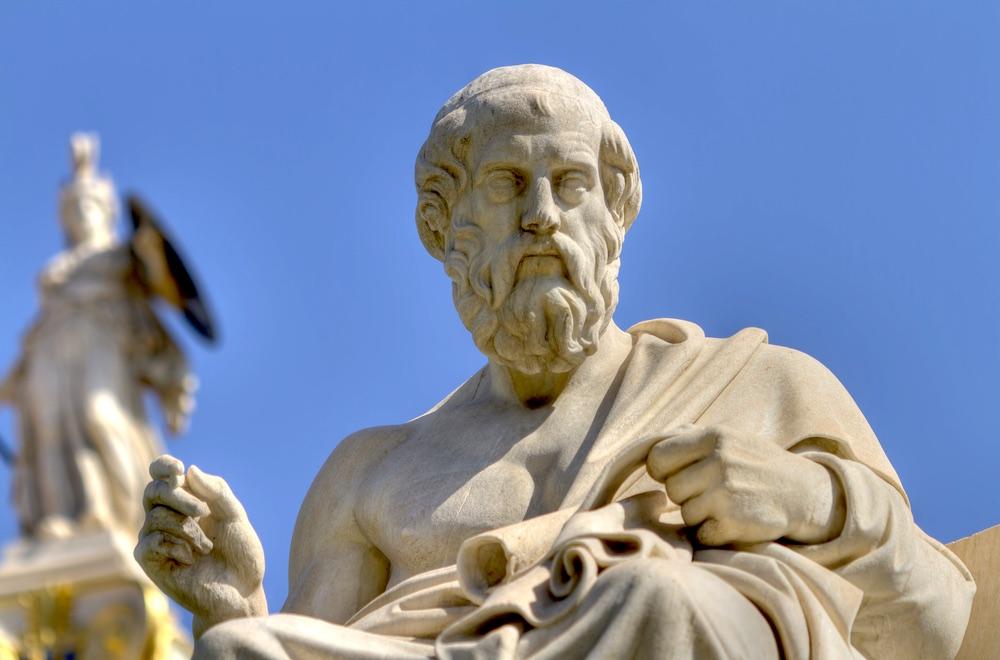 Statua di Platone nel cielo azzurro all'ingresso dell'Accademia di Atene in Grecia