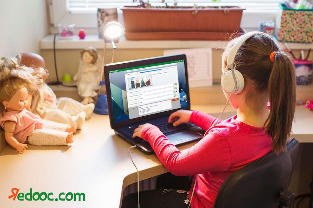 Bambina sulla piattaforma di e-learning Redooc.com
