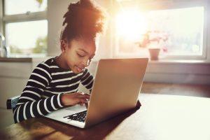 Bambina segue una lezione online sulla piattaforma di e-learning Redooc.com