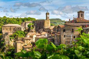 Il borgo di Sorano nell'Area del Tufo in Toscana