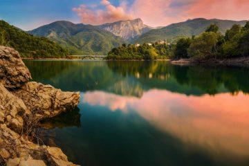 Il Lago di Vagli al tramonto, con vista sul ponte e sull'omonimo borgo in Garfagnana