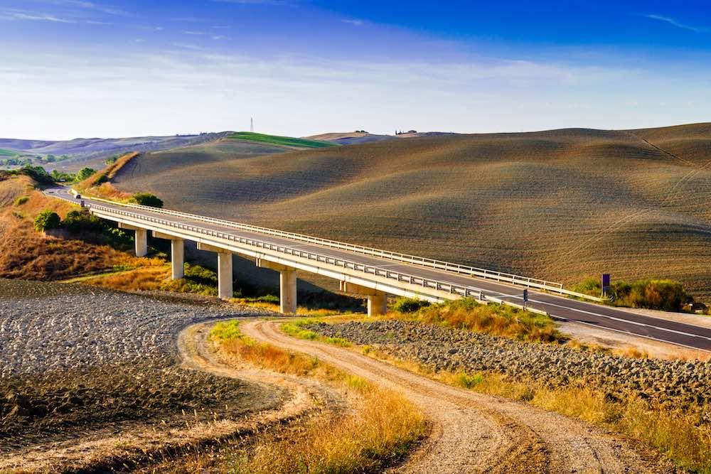 La moderna Via Cassia attraversa le Crete senesi