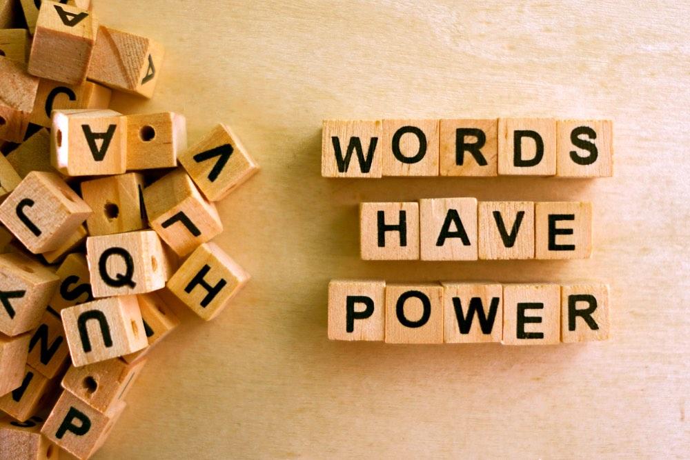 """Lettere di legno che compongono le parole """"words have power"""""""