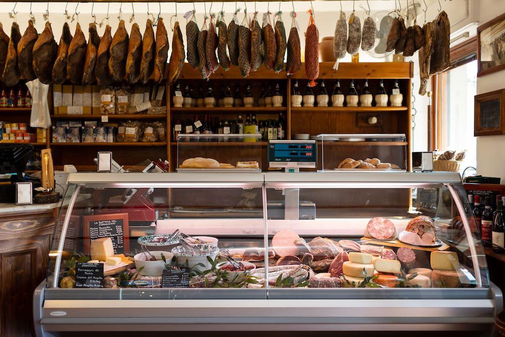 Il bancone alimentari de La Bottega del Cornocchio, trattoria in Mugello