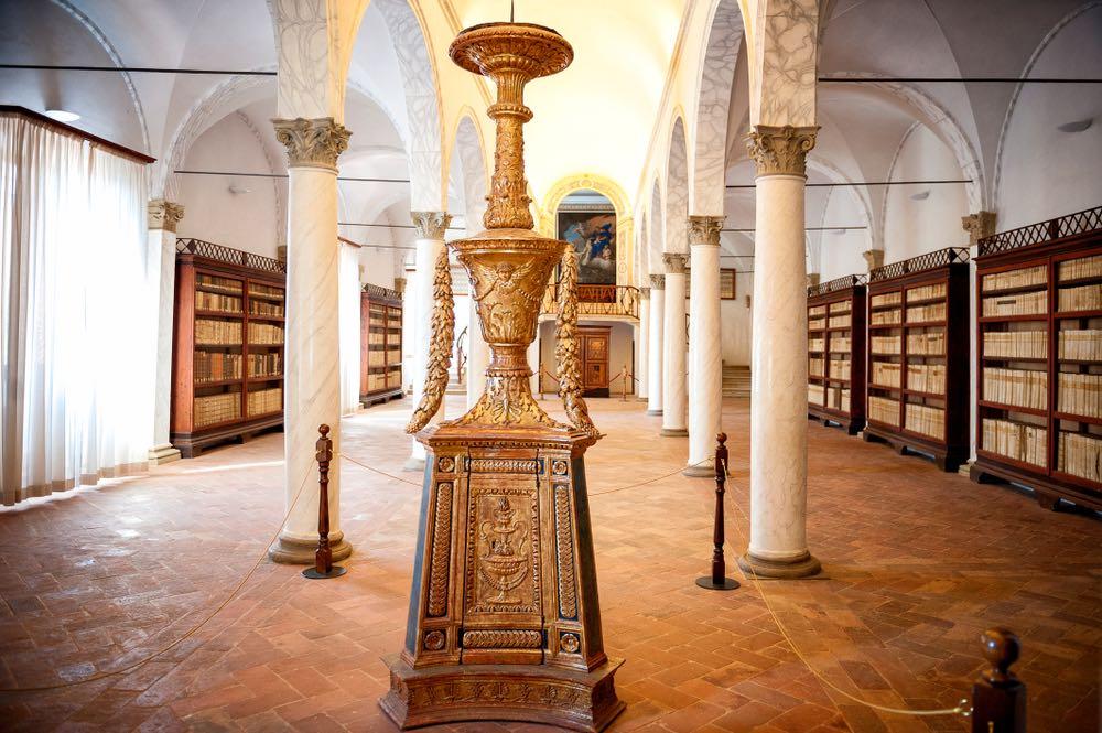 La biblioteca monumentale di Monte Oliveto Maggiore, abbazia in Toscana
