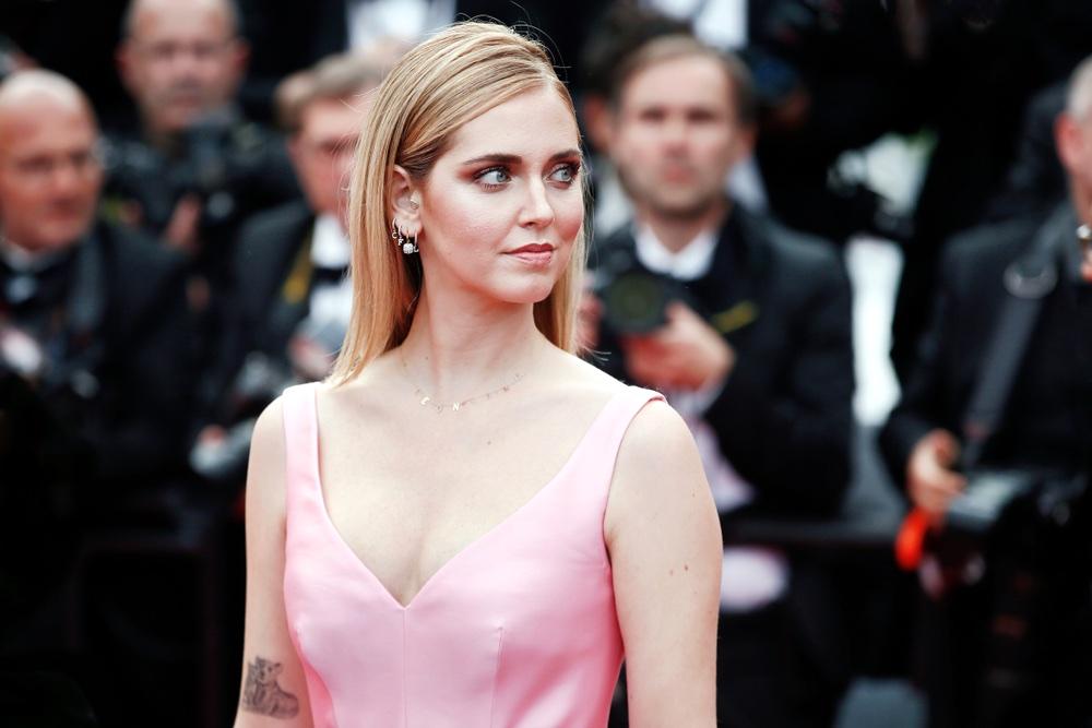 Chiara Ferragni con un vestito rosa sulla passerella a Cannes
