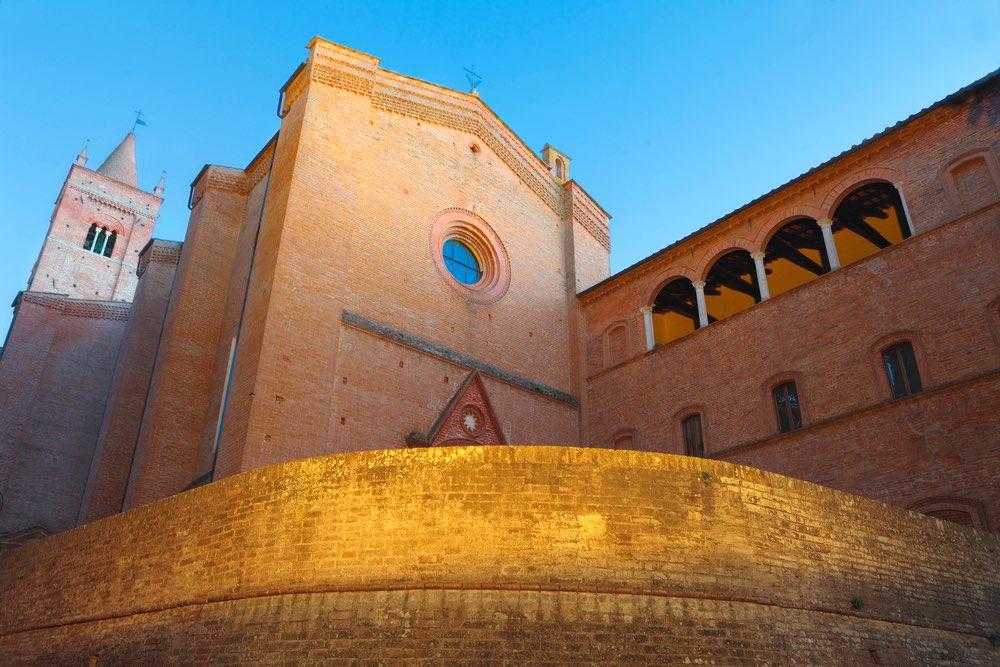 Ingresso della chiesa dell'Abbazia di Monte Oliveto Maggiore in Val d'Arbia, Toscana