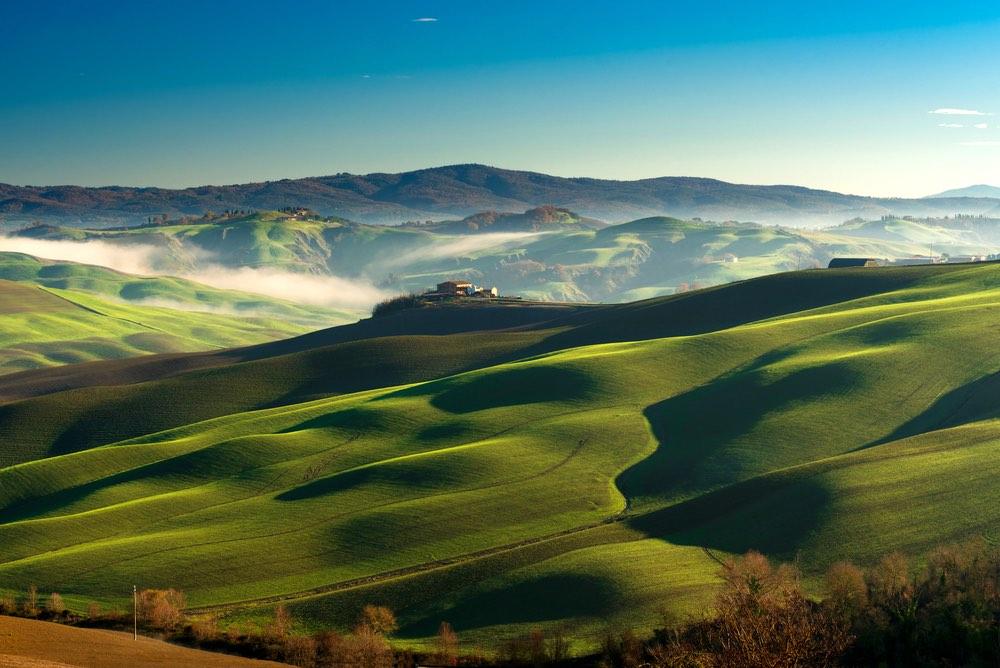Crete senesi in Toscana a primavera vicino al borgo di Asciano