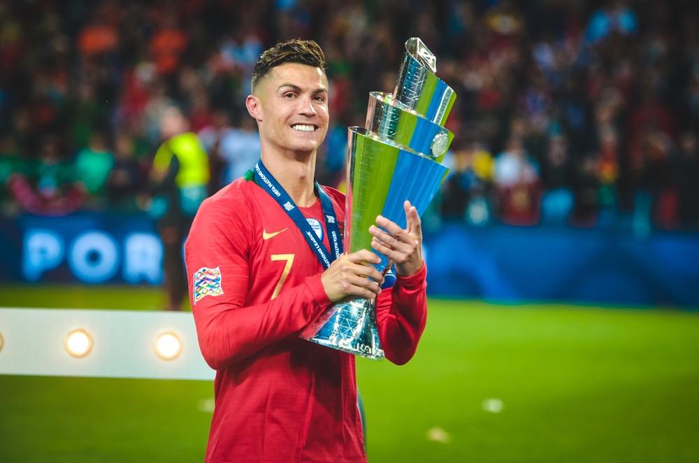 Cristiano Ronaldo con in mano la coppa UEFA nel 2019 in Portogallo