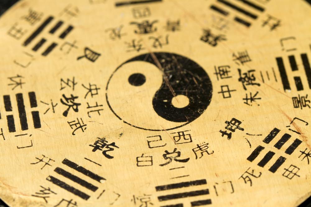 Ideogrammi cinesi con il simbolo dello Yin e Yang al centro del disco