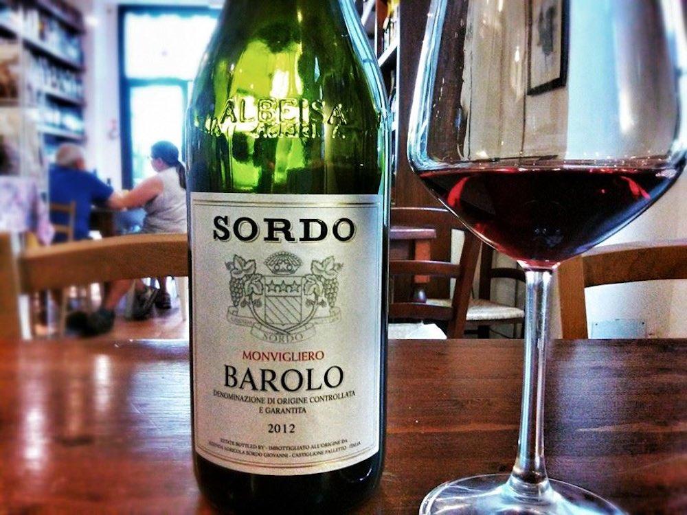 Bottiglia di Barolo nell'enoteca fiorentina Divina Enoteca in San Lorenzo