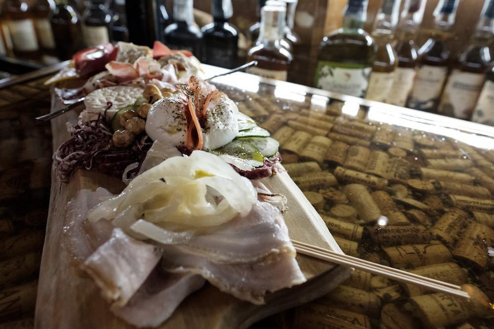 Tagliere di prodotti tipici toscani nell'Enoteca Alessi a Firenze