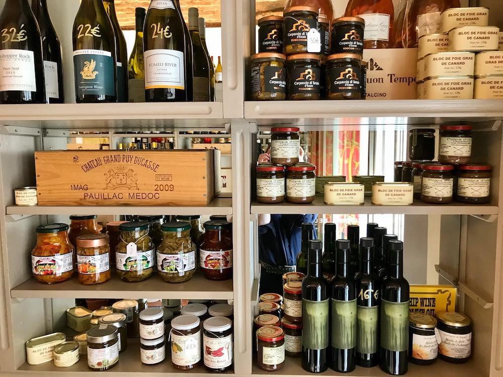 Prodotti gustosi e bottiglie di vino nell'Enoteca Bellini a Firenze
