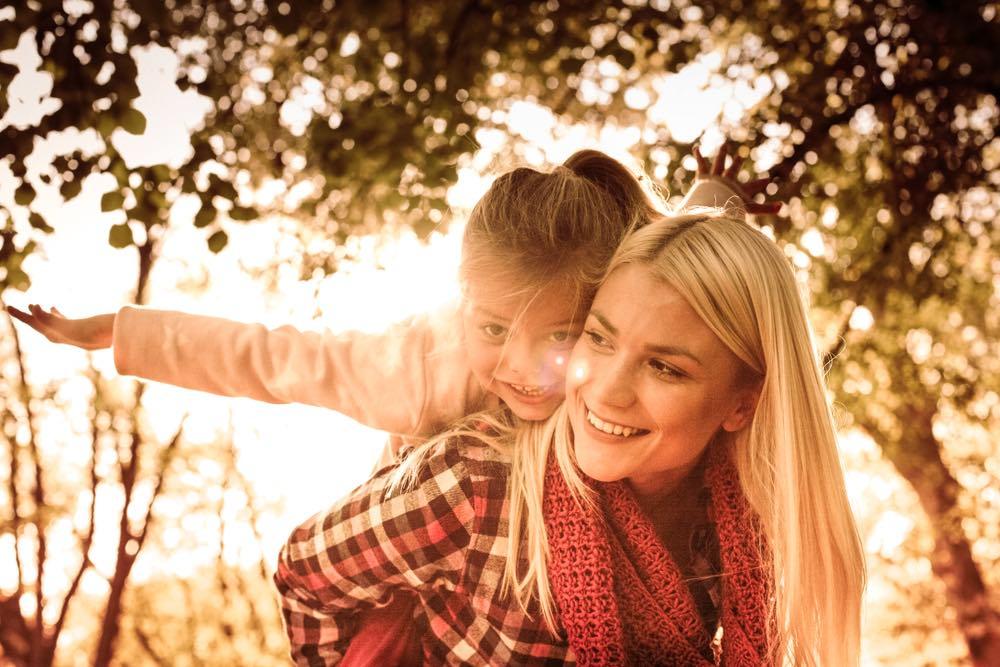 Madre e figlia giocano insieme