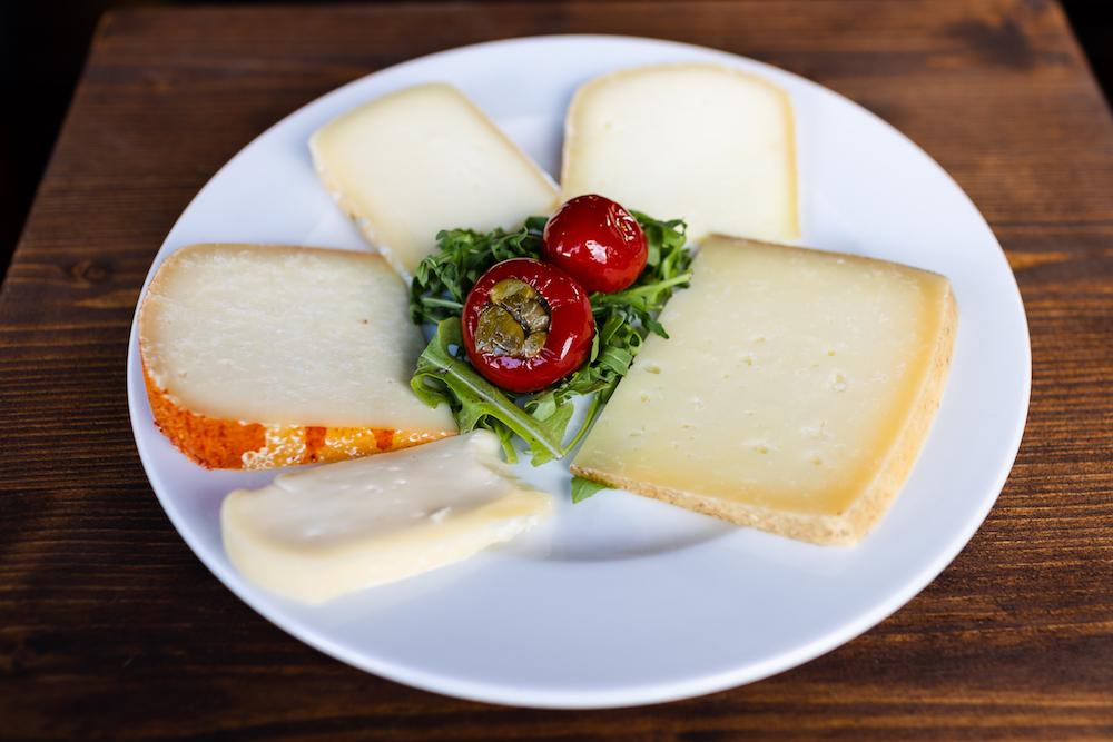 Piatto di formaggi alla trattoria La Bottega del Cornocchio in Mugello