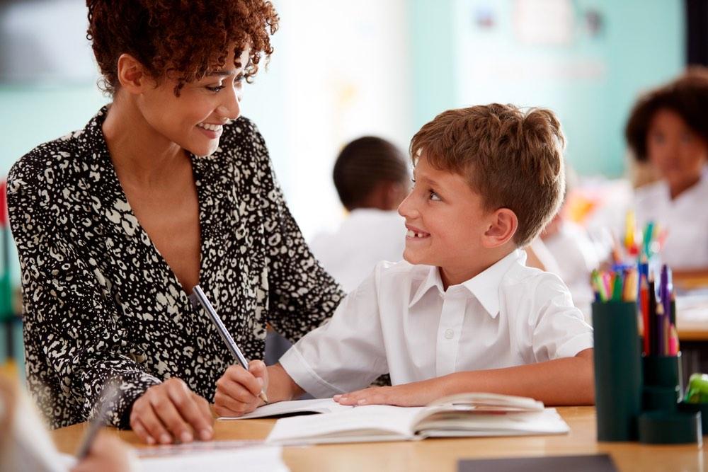 Un'insegnante supporta un suo giovane studente