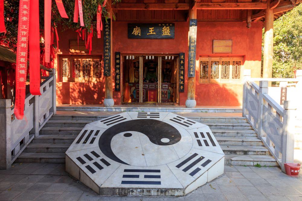 Il simbolo di Yin e Yang all'ingresso del tempio di Kunming in Cina