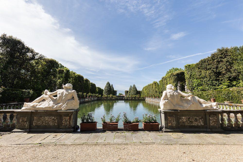Giardini e statue nella Villa Reale di Marlia a Lucca