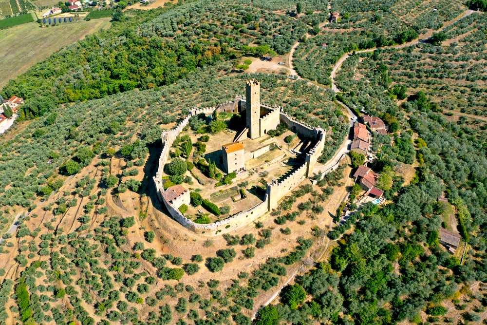 Il Castello di Montecchio Vesponi in Val di Chio, nel comune di Castiglion Fiorentino in Toscana