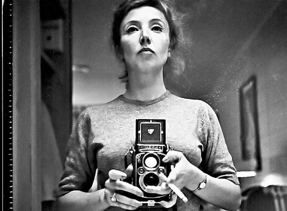Oriana Fallaci mentre si fa una foto allo specchio