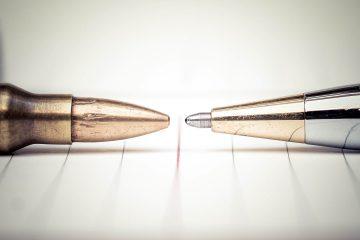 Una penna e una pallottola, una davanti all'altra per esprimere il concetto di libertà di stampa