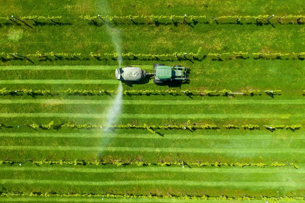 Trattore disperde pesticidi tra le vigne
