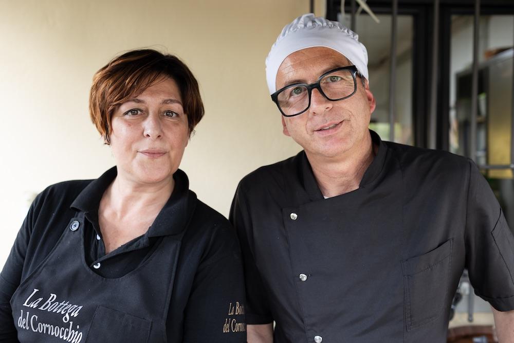 I proprietari de La Bottega del Cornocchio, trattoria in Mugello da 4 generazioni