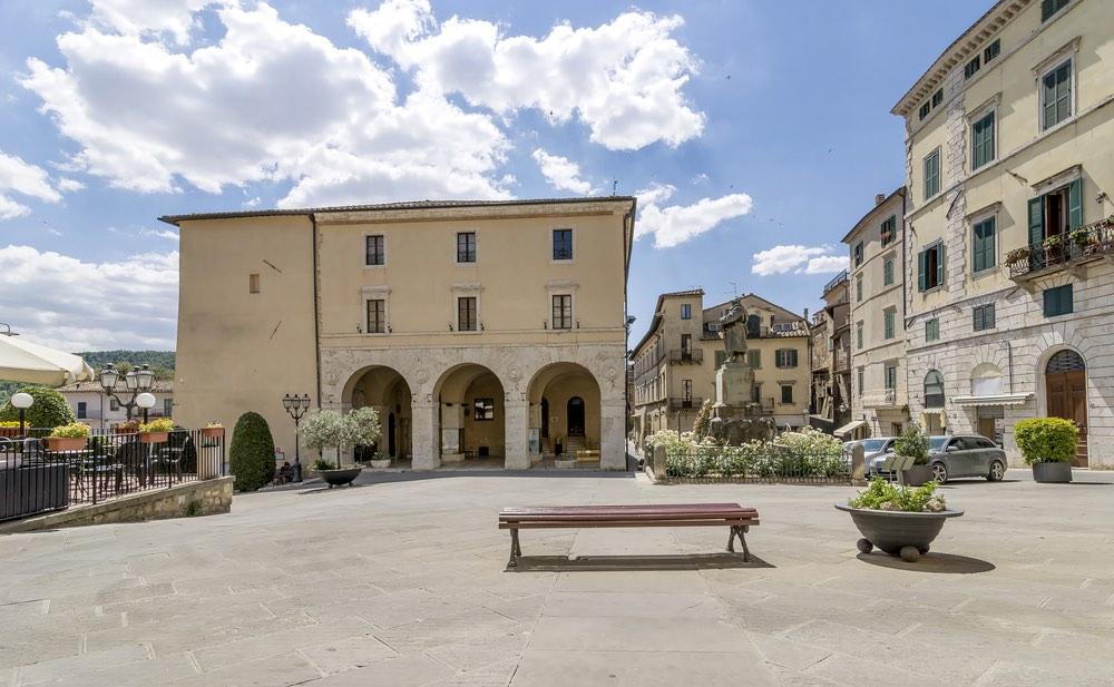 Piazza XXIV giugno a Sarteano con le logge del Teatro degli Arrischianti