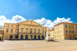 Il Teatro del Giglio a Lucca in una giornata di sole