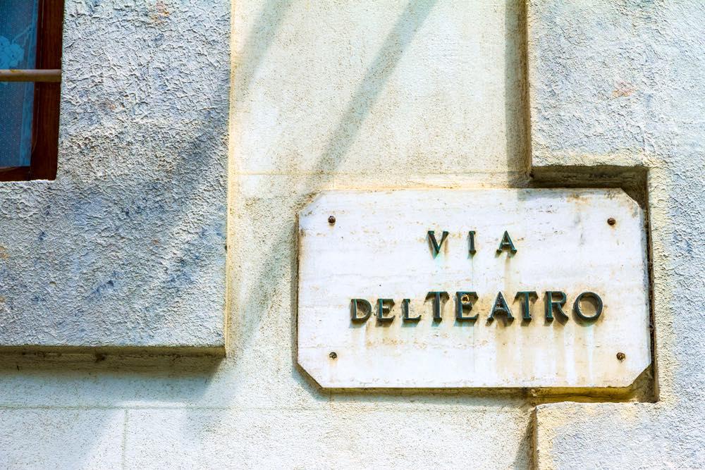 Scritta via del Teatro nel borgo di Montepulciano in Toscana