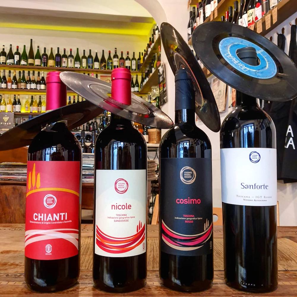 Bottiglie di vino toscano nell'ottima enoteca a Firenze vicino a SS Annunziata, la Vineria Sonora