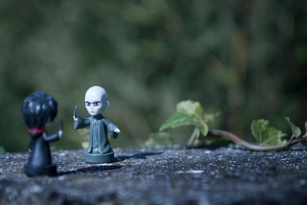 Miniature di Voldemort e Harry Potter che combattono