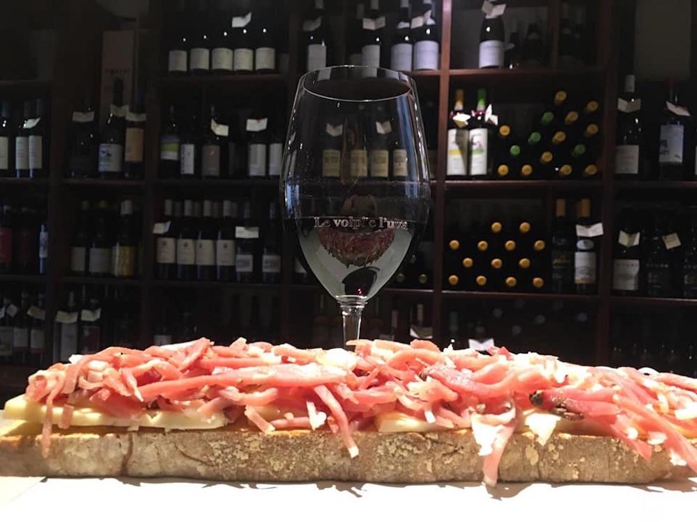 Crostone e calice di vino rosso a Le Volpi e l'uva, enoteca a Firenze