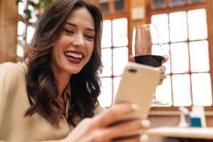 Influencer parla con i suoi fan con bicchiere di vino rosso