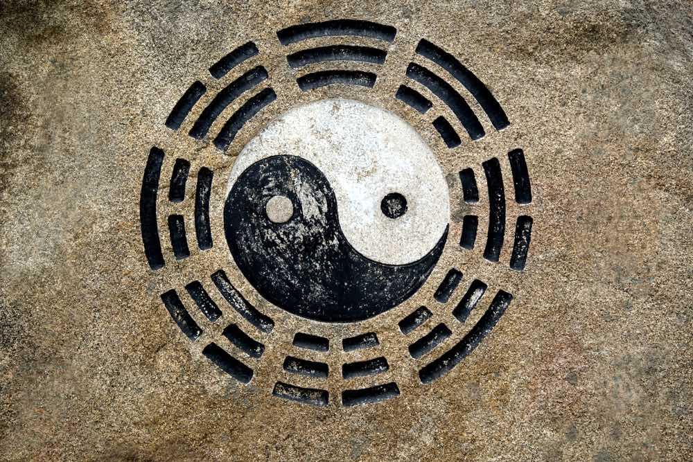 Il simbolo di Yin e Yang su una roccia in Cina