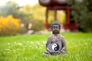 Statua del Buddha tiene in mano il simbolo di Yn e Yang