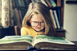 Bambina legge un libro, concetto di storytelling avvincente