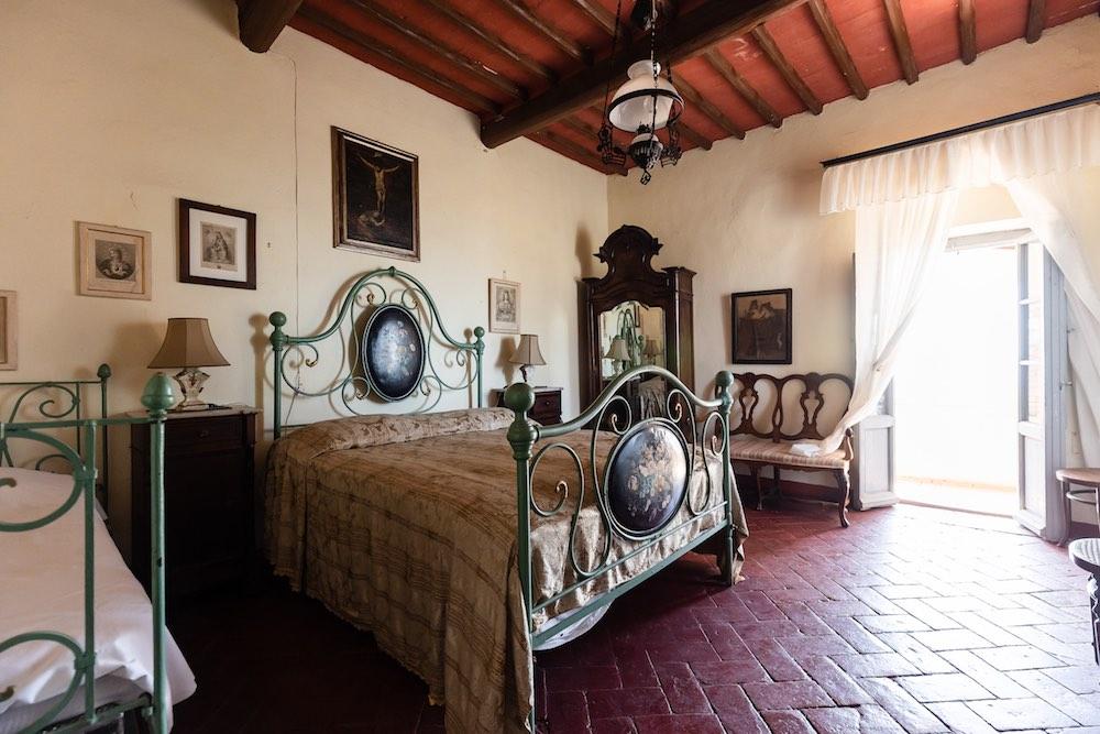 Camera da letto in un casale in vendita a Riparbella