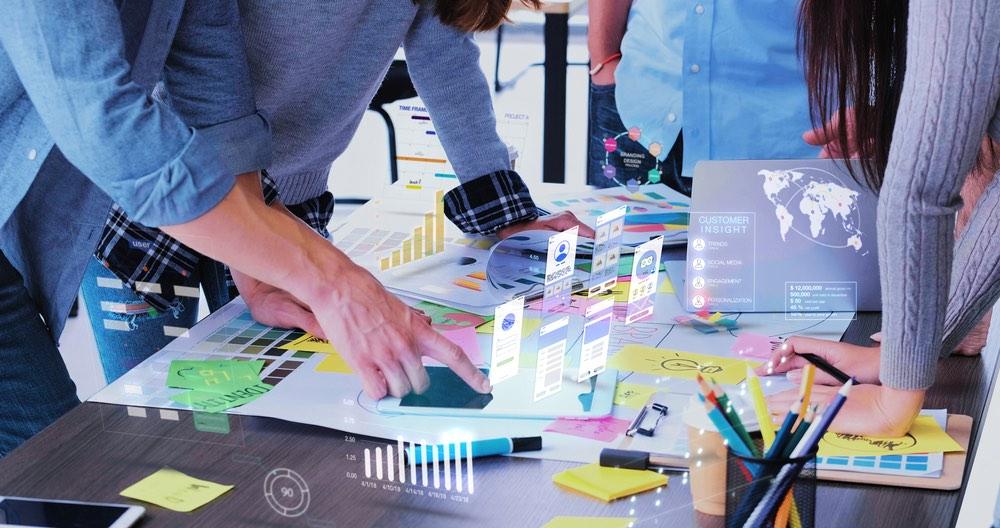 Team aziendale analizza i dati per un approccio data driven