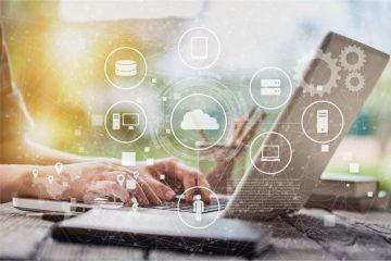 Concetto di data driven marketing, mani lavorano al computer con icone
