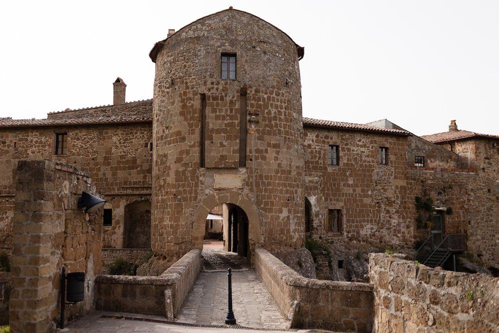 Ingresso dell'Hotel della Fortezza a Sorano, Toscana