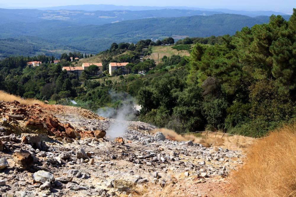 Il borgo di Monterotondo Marittimo al centro del Geomuseo delle Biancane in Toscana
