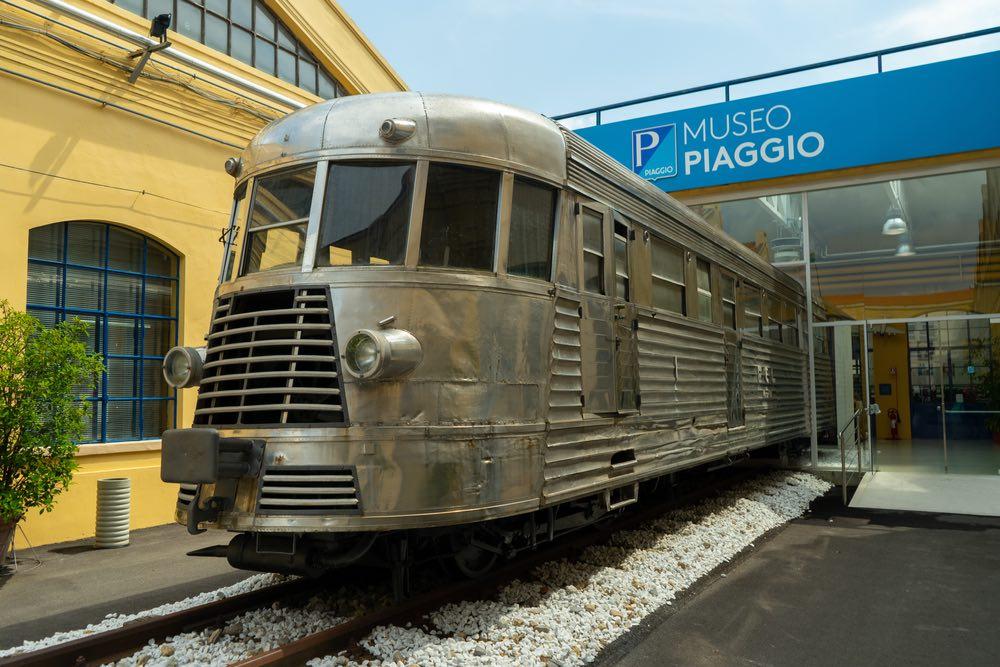 Antico treno all'ingresso del Museo Piaggio a Pontedera