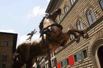 Statua equestre davanti a Palazzo Strozzi a Firenze